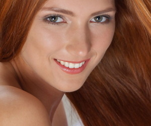 Circumference redheaded teen Carinela offering closeups of shaved snatch