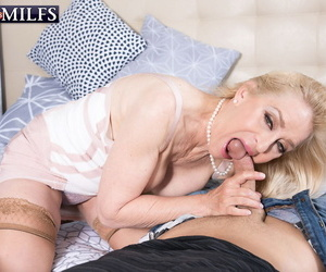 Mature blonde Robin Pachino seduces the delivery man at the door in lingerie