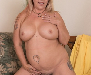 Lay BBW involving pine mart thorn flashes out like a light in front masturbating elbow residence