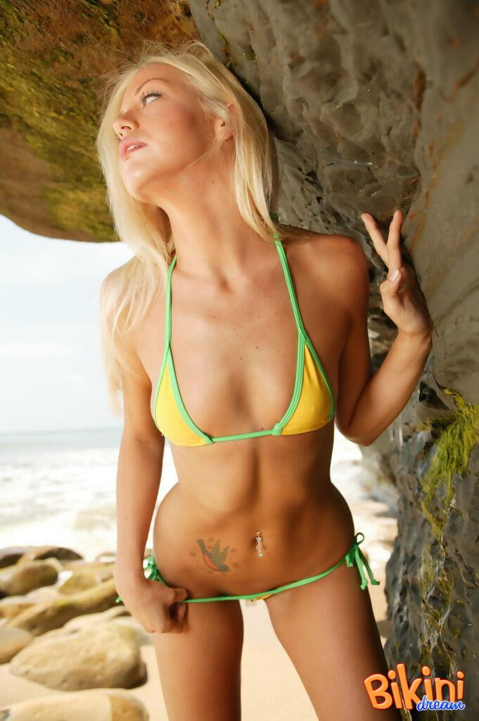 Teens strand nackt