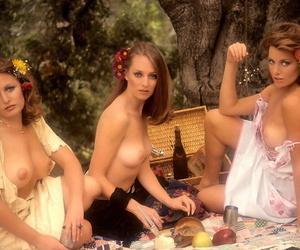 Retro babes Pamela Zinszer and Susan Lynn Kiger are enjoying themselves naked