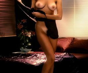 Glamorous playmate Gwen Hajek displays na?ve big tits relating to downcast photo carrier bag