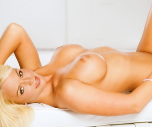 Astounding beauteous Heather Rene Smith exhibitionism will not hear of busty rip-roaring body