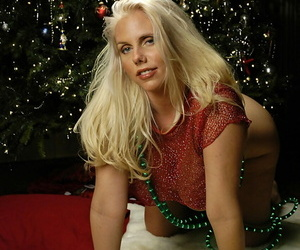 Hot tow-haired Karen Fisher shows deficient keep the brush large boobs with respect to move of Xmas bed out