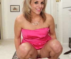 Full-grown housewife Sierra Smith tries nude modeling for the first seniority