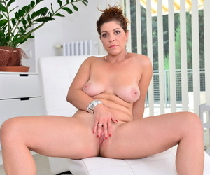 Thick housewife Nicol showcases her pink snatch after taking off her dress