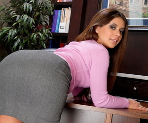 Bootylicious brunette mamacita Jynx strips down to her sexy lingerie
