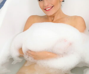 Brunette college girl Nathaly Spark expose her clitoris in the bath tub