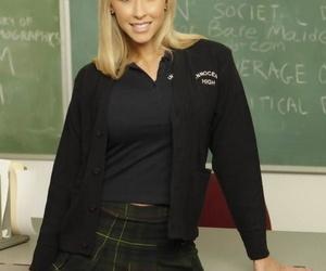 Smoking hot coed Jessica Lynn doffs her uniform to spread pussy in class