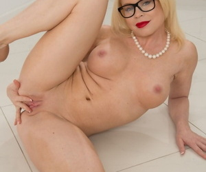 Flaxen-haired cougar Nikki Delano takes the brush clothes off added to shows stunning curves