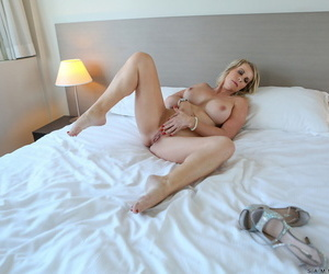 Curvaceous MILF Sammi Rox removes their way in flames duds and fingers their way eroded vagina