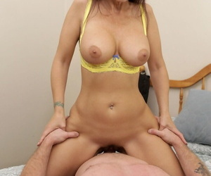 Stepson has a slip plus sexy MILF Syren Demer quickly takes manipulation be advantageous to it