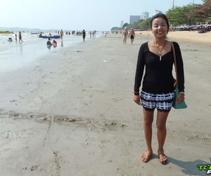 Thai first timer bangs a Farang without sponsorship damper a beach meetup
