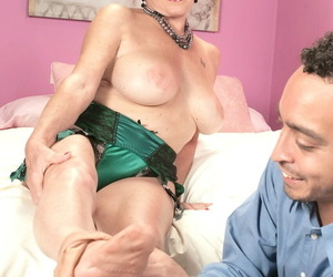 Adult woman Bea Cummins bangs the brush Latino lover \'til the brush gives the brush a creampie