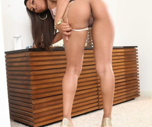 American black chick Leilani Leeane showing her big round booty