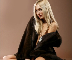 Sexy blonde sets her naked beauty free of a full-length fur coat
