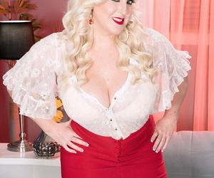 Fatty adult Holly Wood flaunts the brush huge bubble tush round harden the brush mans horseshit