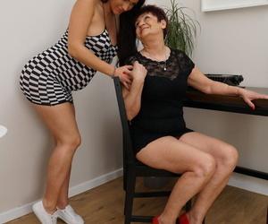 Persuasive babe having fun with an doyenne lesbian - fastening 1674