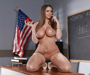 Curvy blonde pornstar Brooklyn Chase akin to deficient keep big booty in classroom