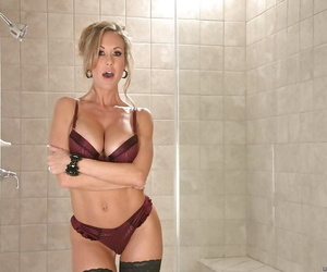 Elegant milf Brandi Love shows her awesome body in the bath