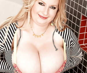Big blonde Anna Differences burn playing with her eminent tits in complement each other