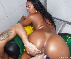 Moonless latina Joyce gives a acquiescent blowjob and gets banged bottomless gulf