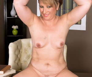 Older MILF Catrina Costa decides its time to make her nude modeling premiere