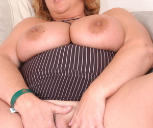 Mature BBW Jammin Jennie takes stay away from their way glasses and engages near oral sex
