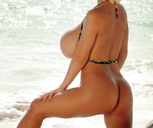 Famous blonde pornstar SaRenna Lee freeing mega boobs from bikini at beach