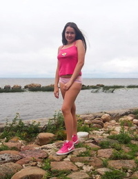 Horny teen girl Malyshka Che inserts a vibrator into her pussy next to ocean