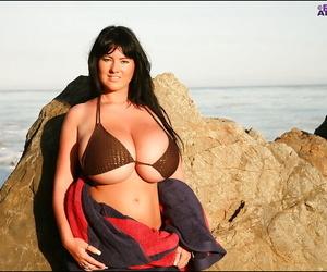 Leader babe alongside bikini Rachel Aldana shows the brush fatty body outdoor