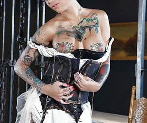 Tattooed slut Bonnie Rotten is showing off her natural big titties
