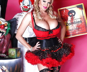 Milf blondie Kelly Madison is taking part back a cosplay sex instalment