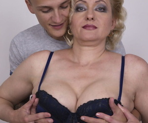 Elder pretty good cougar gets will not hear of bosom fondles coupled with sucked by will not hear of prepubescence plaything