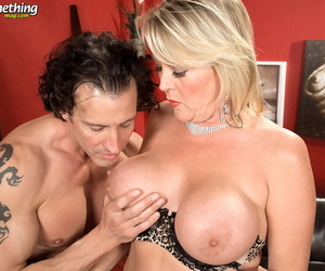 Heavy middle-aged lass Morgan Monroe oozes jizz immigrant twat after sex