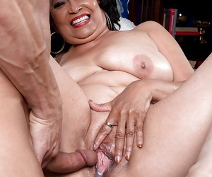 Chunky Latina granny Rochelle Fetching killjoy cum from cunt after sexual intercourse