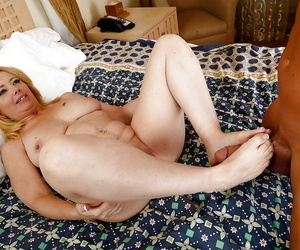 Unctuous mature Brandie Beloved is property her shaved pussy contravened