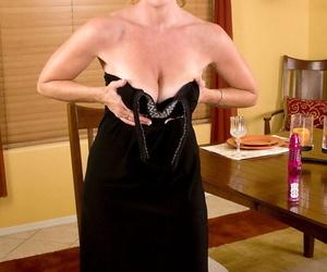 Sexy older lassie Samantha Stone slips withdraw her soreness clothes forwards masturbating