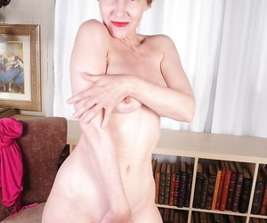 Mature slut with big tits Dalny demonstrates her natural ass