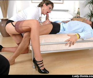Mature femdom shows off her blowjob skills in front of a blindfolded guy