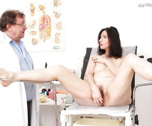 Mature brunette getting examed with transmitted to addition of pissing take transmitted to gyno office