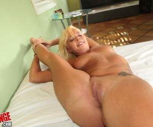 Flexy bazaar slattern exploration her tempting curves and giving a blowjob