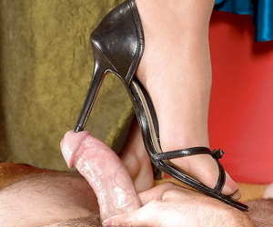 Leggy grown-up Italian Gia Giancarlo happy medium a absolutely belt up attired paws to give footjob