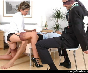 Kinky adult daughter sucks a hard flannel relating to a difficulty presence of blindfolded guy