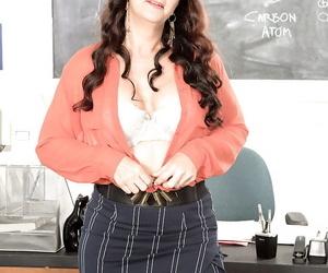 Doyen Italian teacher Valentina Rosario disrobing approximately masturbate thither classroom