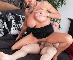 Grown-up lady Gina Milano opens will not hear of mouth wide be useful to a cumshot check into going to bed
