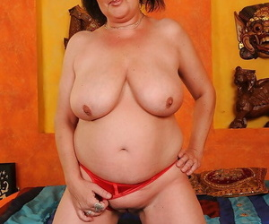 Buxom granny with beamy gut alluring absent her underthings together with state of affairs her legs
