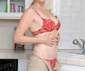 Matured housewife Annabelle Brady cleansing hammer away brush itchy pussy in hammer away kitchen prick