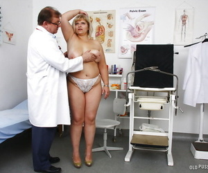 Heavy doyen blonde having Victorian carry off penetrated away from gyno medico around speculum