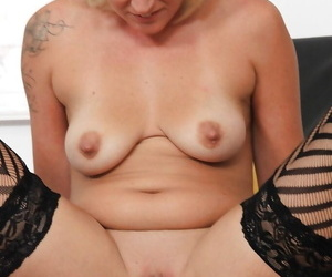 Over 40 pretty good MILF Lenny toying pussy for kinky gyno pollute